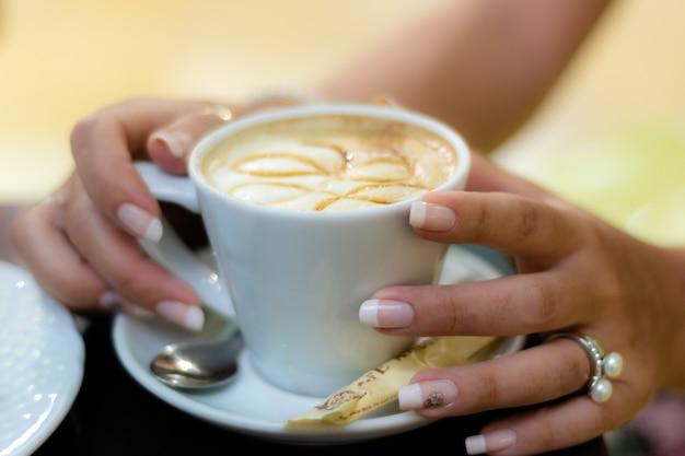 Hände in kaffee
