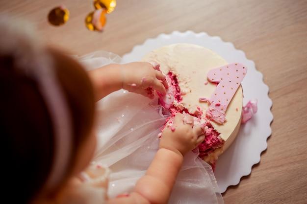 Hände kleiner kinder, die einen köstlichen kuchen berühren