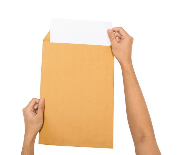 Hände legen das papier in braunen umschlag