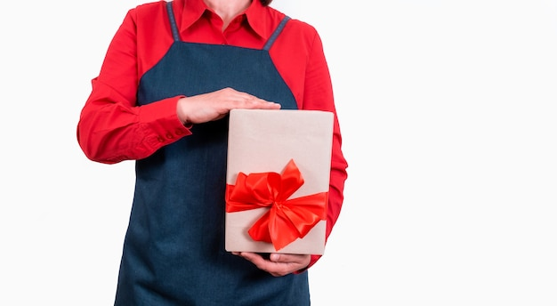 Hände liefern lieferbox mit roten schleifen