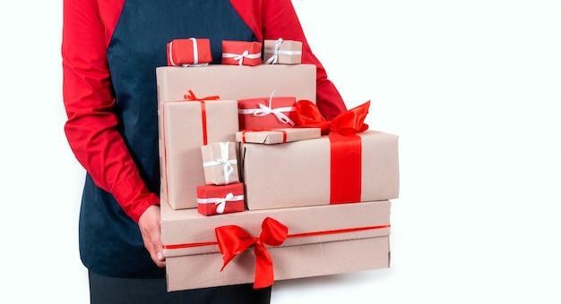Hände liefern lieferboxen mit roten schleifen