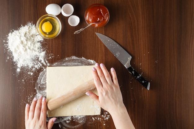 Hände machen croissant