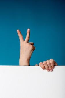 Hände mit brett zeigt frieden
