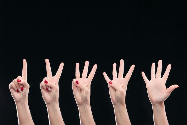 Hände mit dem finger nach oben
