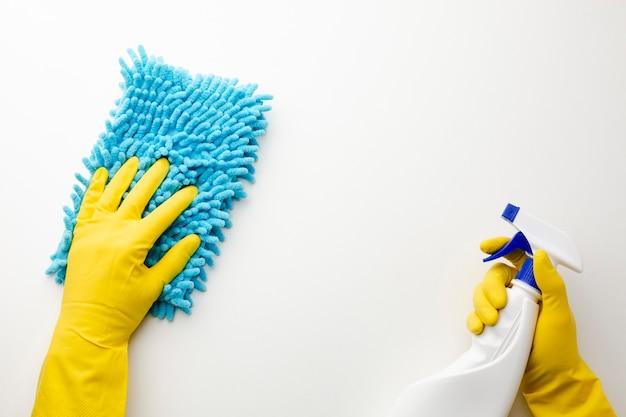 Hände mit den handschuhen, die nah aufräumen