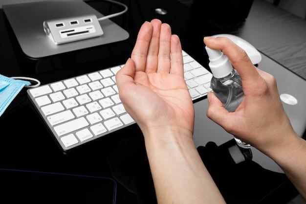 Hände mit desinfektionsmittel zur aufrechterhaltung der hygiene