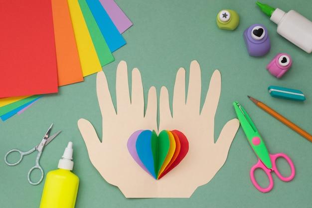Hände mit einem regenbogenherz