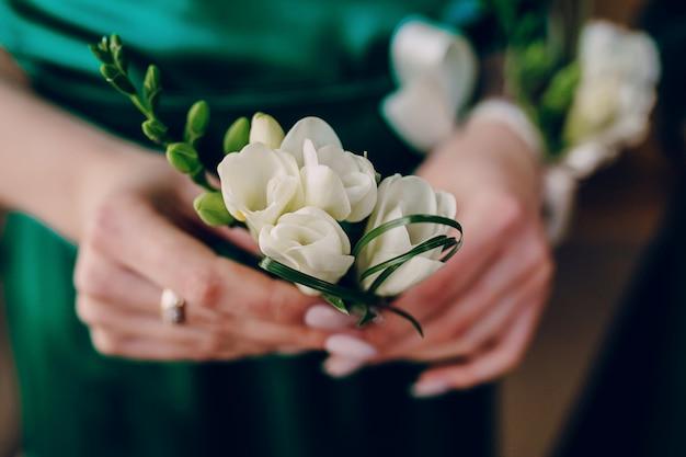 Hände mit einer weißen blume
