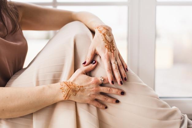 Hände mit henna-muster, hochzeitsvorbereitung, henna-körperdekoration, tradition, spirituelle yoga-entwicklung