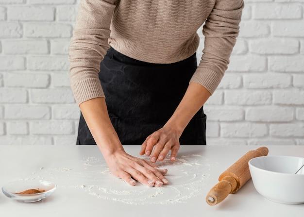 Hände mit mehl verschließen
