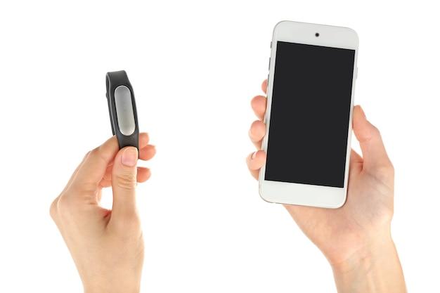 Hände mit pulsuhr und smartphone isoliert auf weiß