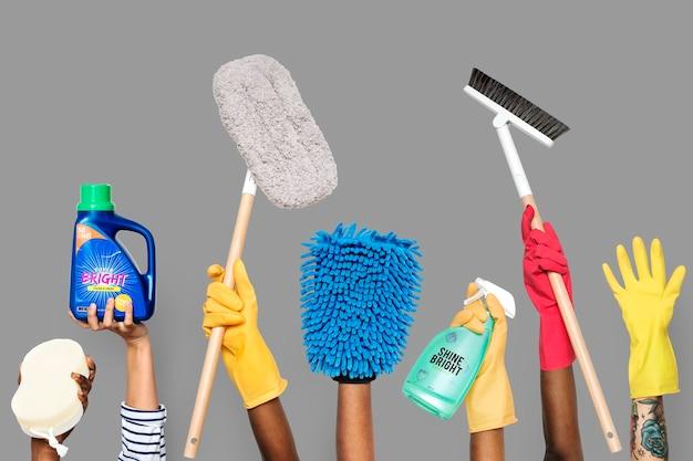 Hände mit reinigungswerkzeugen und -lösungen