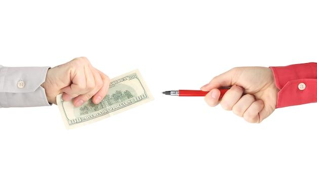 Hände mit rotem stift und geld auf einem weißen hintergrund.