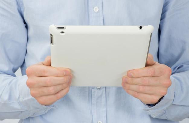 Hände mit tablet-computer auf weiß