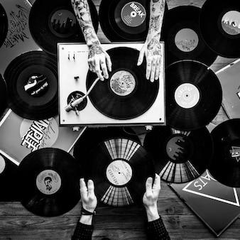 Hände mit vinyl record player musik