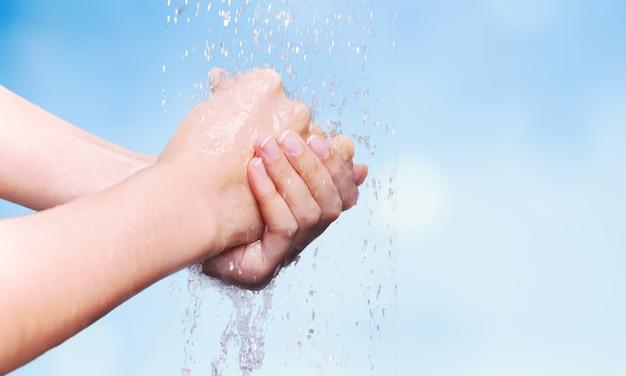 Hände mit wasserfarbe blauem hintergrund gewaschen