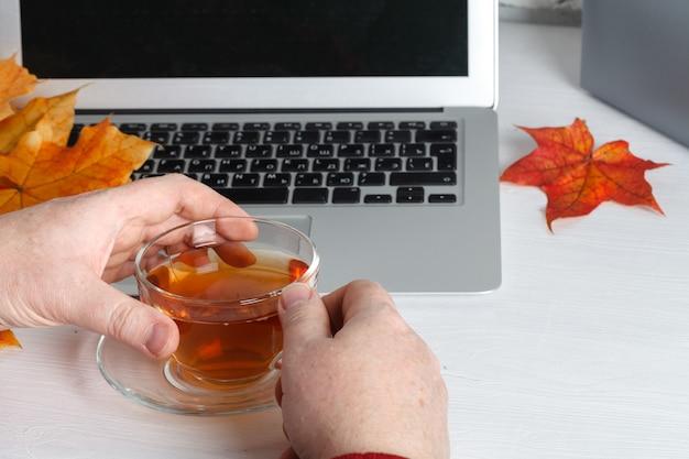 Hände multitasking-mann, der an laptop arbeitet, das wifi-internet verbindet, geschäftsmannhand beschäftigt, laptop am büroschreibtisch tippend, auf tastaturcomputer tippend am hölzernen tisch