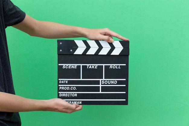 Hände nehmen filmklapperbrett schieferausrüstung filmaktion zum schreien des films.