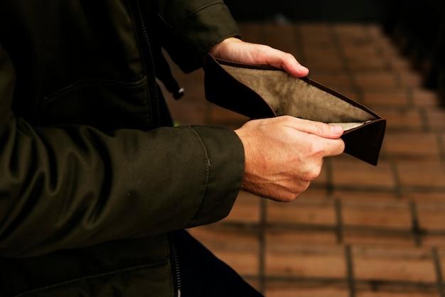 Hände öffnen die überprüfung an der geldbörse