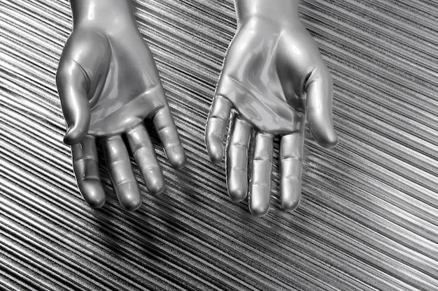 Hände öffnen futuristischen robotersilberstahl über grau