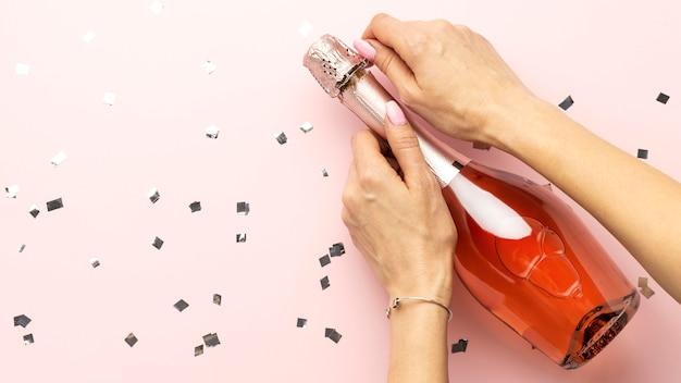 Hände schließen und flasche trinken