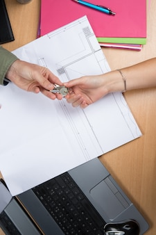 Hände schlüsselwechsel über dokumente
