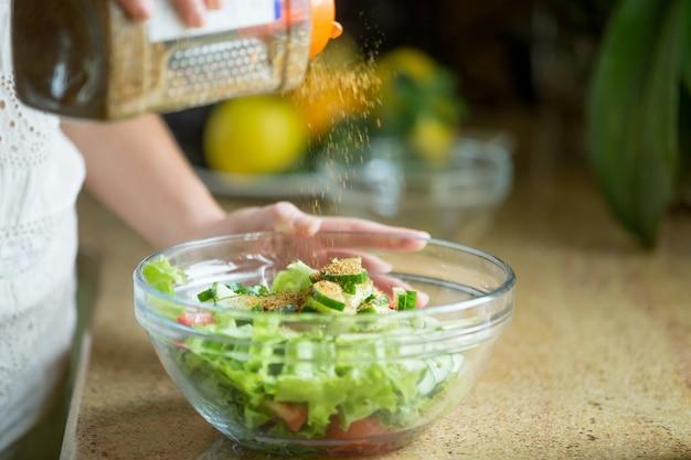 Hände schmecken einen grünen salat