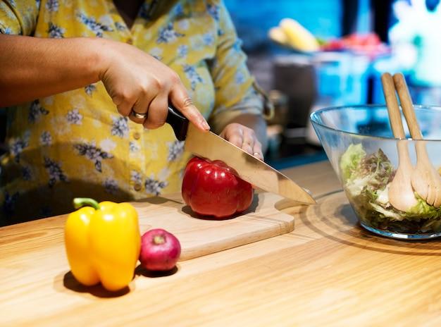 Hände schneiden und vorbereiten zu kochen