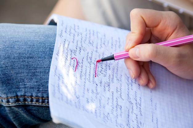 Hände schreiben auf papier