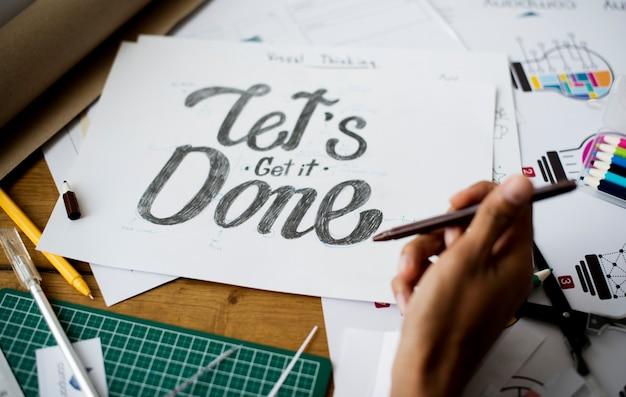 Hände schreiben lassen sie uns es auf papier art design pharse done erhalten