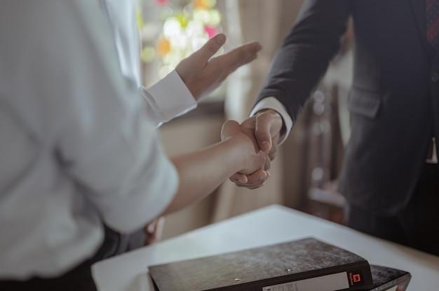 Hände schütteln, um zum erfolg zu gratulieren