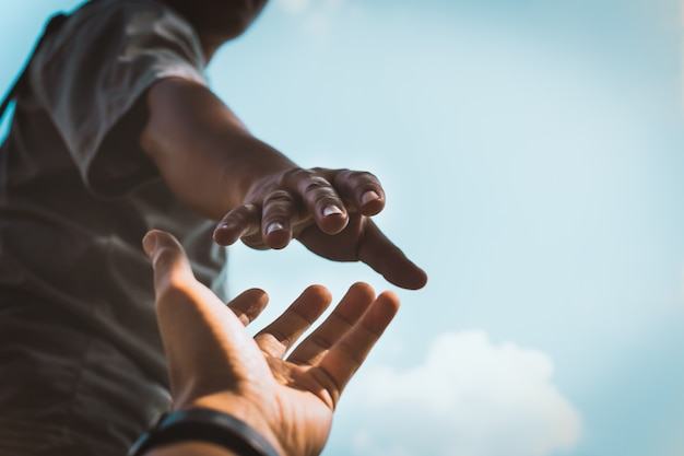Hände strecken die hand aus, um zu helfen.