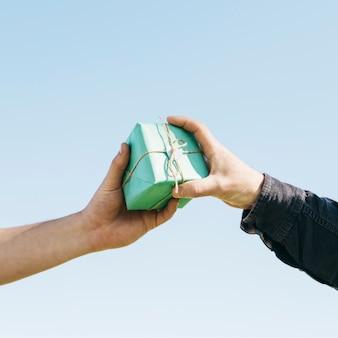 Hände tauschen geschenk aus