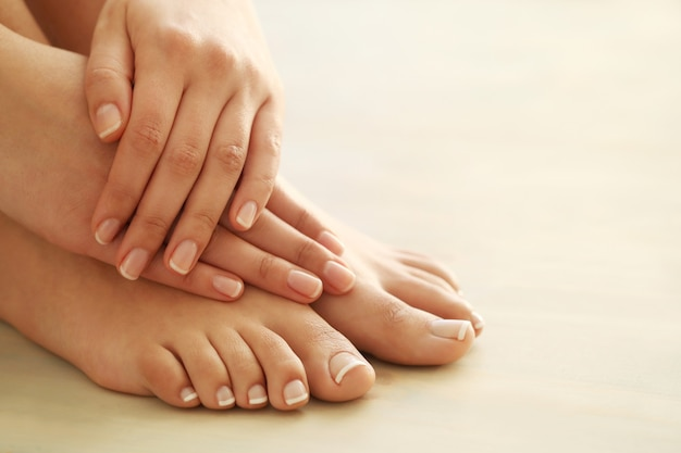 Hände und füße einer frau