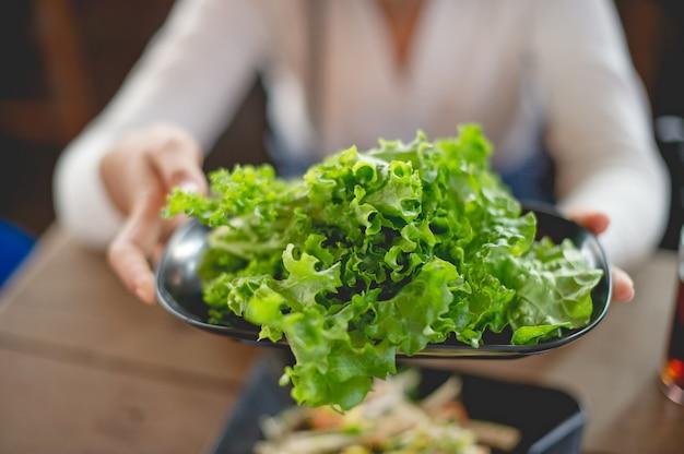 Hände und gemüse, ungiftige nahrungsmittel von leuten, die gesundes nahrungsmittelkonzept der gesundheit lieben