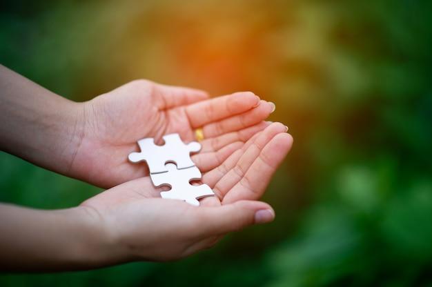 Hände und puzzles, wichtige teile der teamarbeit teamwork-konzept