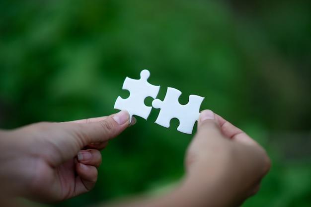Hände und puzzlespiele, wichtige stücke teamwork teamwork-konzept