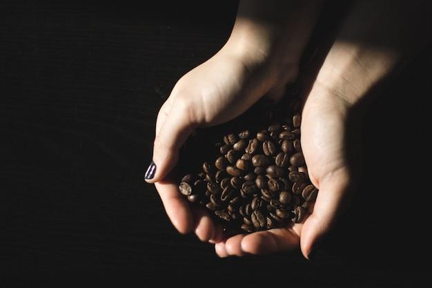 Hände voll von kaffeebohnen