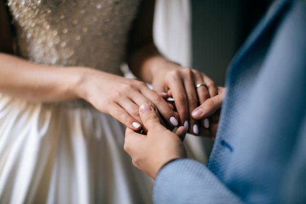 Hände von braut und bräutigam. liebeskonzept
