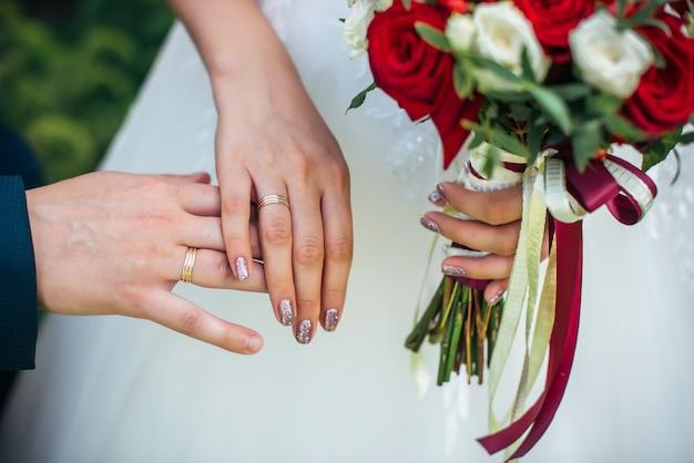 Hände von braut und bräutigam zusammen
