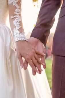 Hände von brautpaar frau und mann verliebt