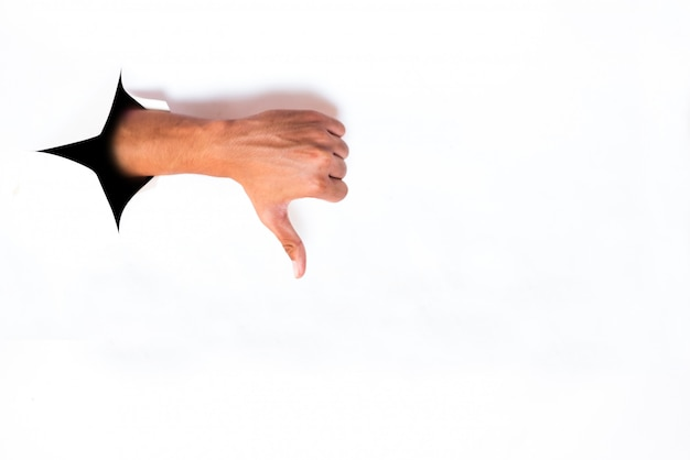 Hände von einem zerrissenen weißen papierblatt niederhauen
