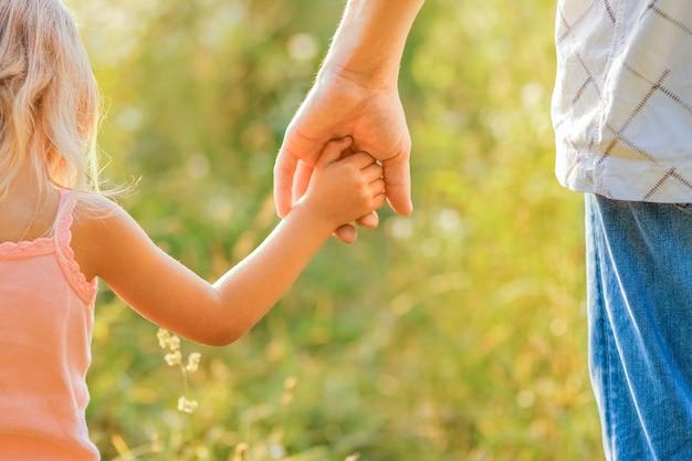 Hände von eltern und kind im freien im park