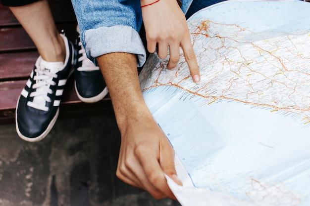 Hände von jungen paaren auf touristischer karte