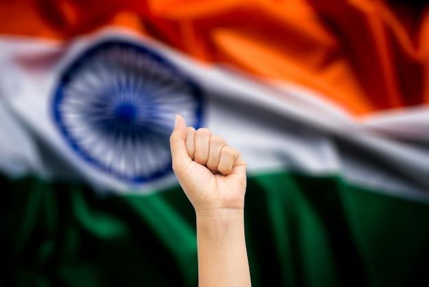 Hände von leuten mit indien-staatsflagge herein. indischer unabhängigkeitstag.