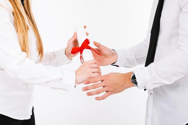 Hände von menschen mit diplom