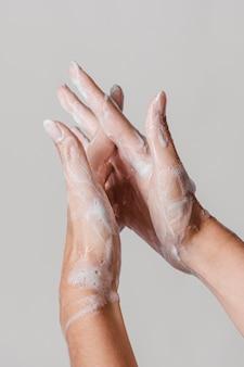Hände waschen mit seife reiben