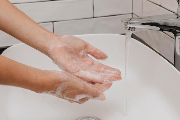 Hände waschen mit wasser und seife reiben