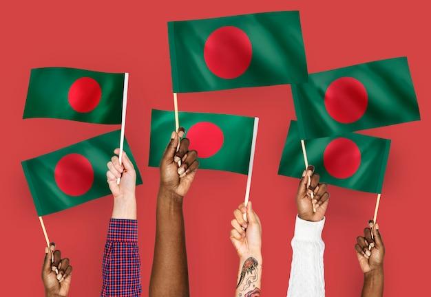 Hände wehende fahnen von bangladesch