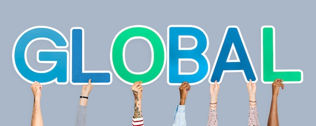 Hände, welche die bunten buchstaben bilden das wort global halten